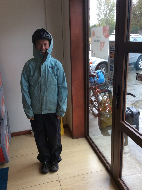 All ready for the rain in my not anymore rainproof jacket and pants, and my keens with waterproof socks which keep my feet nice and warm!
